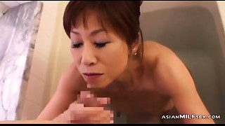 Slender Cougar Engulfing Juvenile Stud Cum To Face hole In The Bathtube