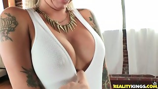 Slutty porn chick Christy Mack in her naughty facesitting session